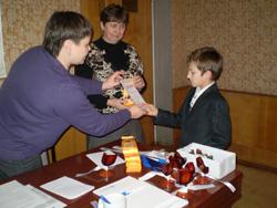 Диплом вручается Никите Бортейчуку